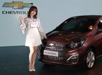 Ku Hye-sun with Chevrolet sedan