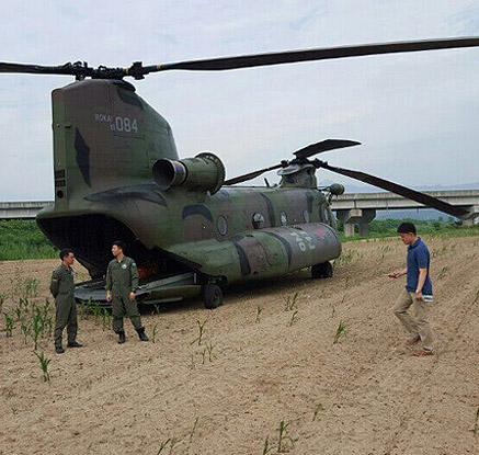 군용 대형 헬기 농경지에 비상착륙