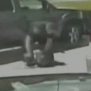[현장영상] 백인 경찰, 단속 중 흑인 여성 땅바닥에 '내동댕이'