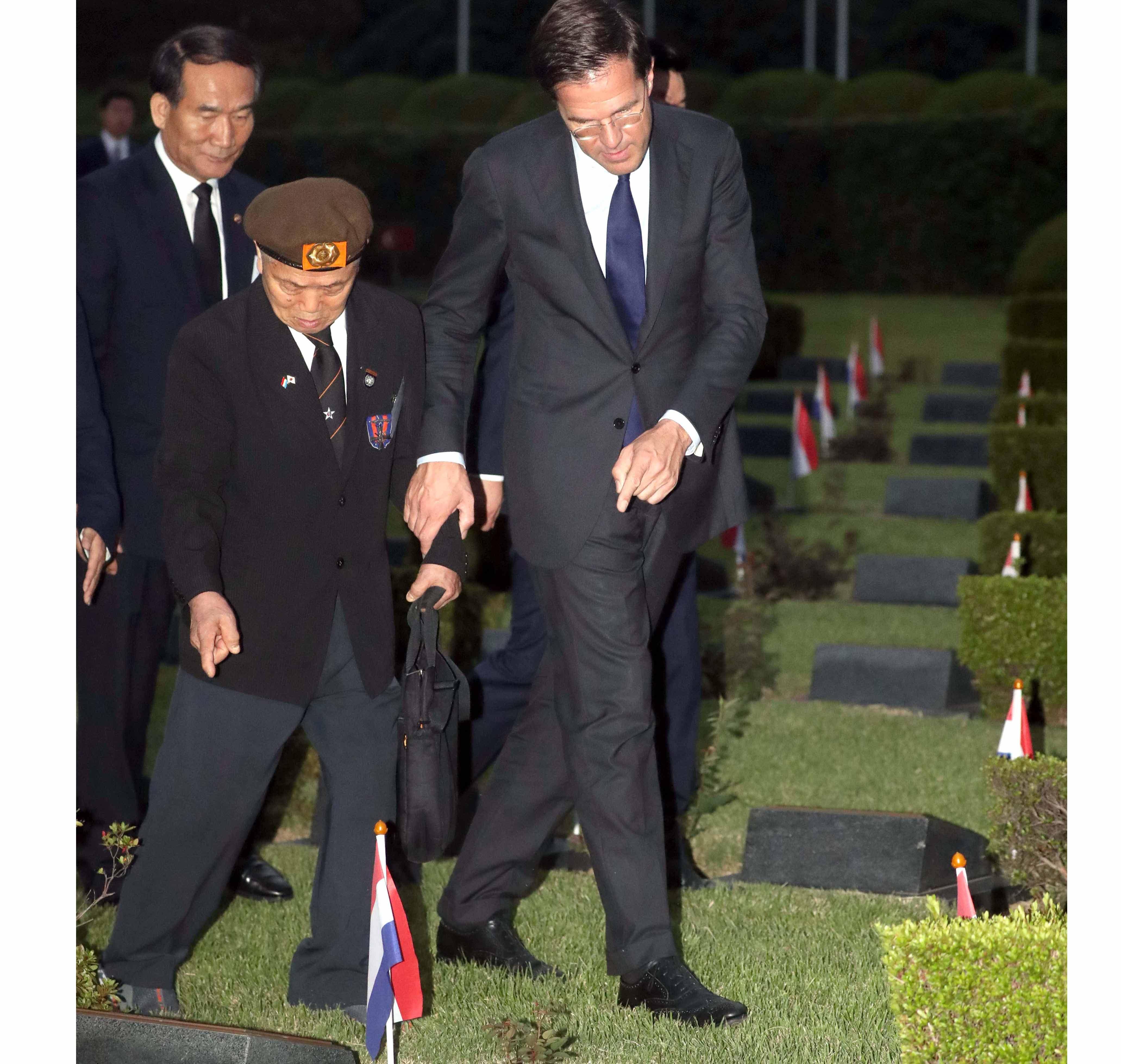 유엔공원 둘러보는 네덜란드 총리