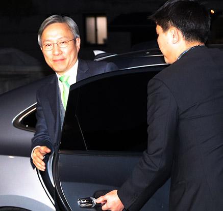 헌재 도착한 강일원 재판관