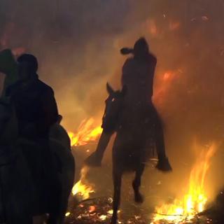 [토픽영상] 말 타고 불길 속으로…'루미나리아스' 축제
