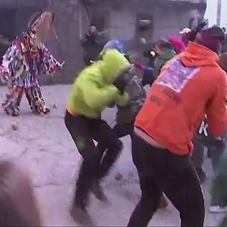 """[현장영상] """"순무로 맞춰라""""…스페인 이색 축제 '하람플라스'"""