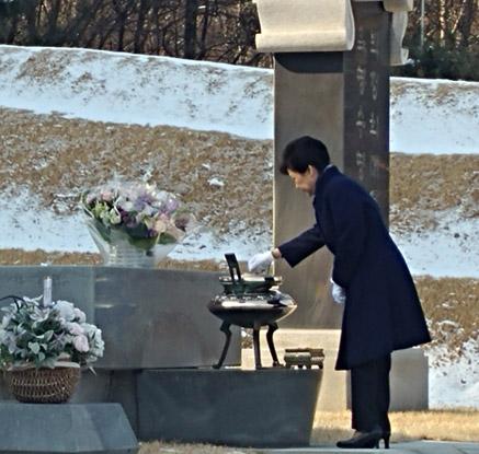 박 대통령, 부모 묘소 성묘…직무정지 후 첫 외출