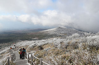봄이 오는 한라산 입산ㆍ하산 통제 30분∼2시간 연장
