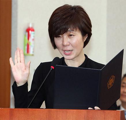 선서하는 이선애 헌재재판관 후보자