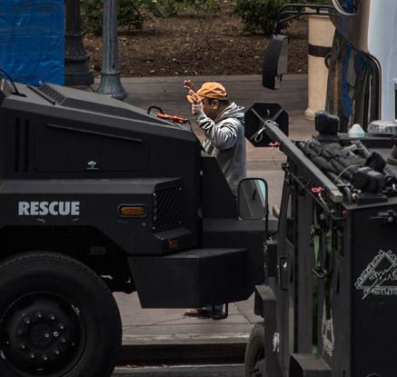 경찰에 투항하는 라스베이거스 총격범