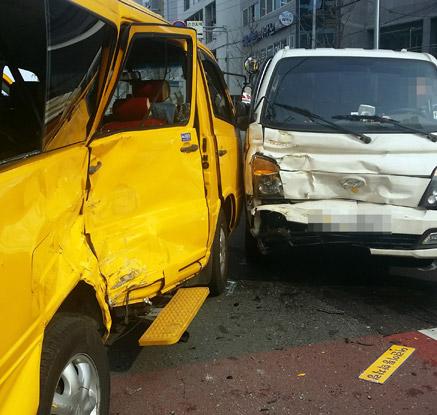 어린이집 통학차량과 1t 트럭 충돌