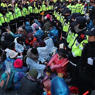 """[현장영상] """"우리 죽고 대통령 살리자""""…지지자들, 자택 앞 바닥에 눕고 농성"""