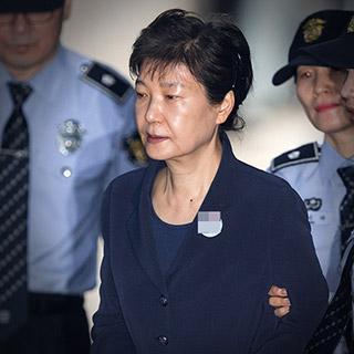 [포토무비] 수갑·올림머리·503번 배지…박근혜 53일만의 달라진 '외출'