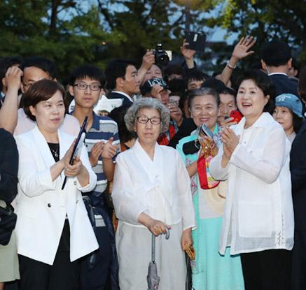 시민들과 열린 청와대 앞길 찾은 김정숙 여사