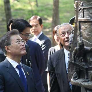 [포토무비] 文대통령 訪美…첫 일정은 '장진호기념비' 헌화