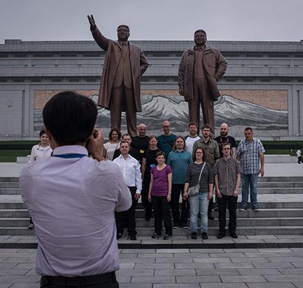 김일성 부자 동상 앞에서 기념사진 찍는 서양인 관광객들