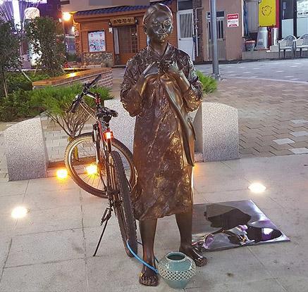 소녀상 발목에 채워진 '자전거 자물쇠'