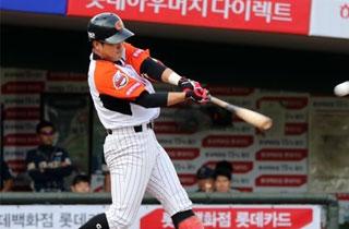 대타 전준우 3타점 '원맨쇼'…롯데 5위로 '점프'