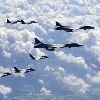 """미 전략폭격기 B-1B 랜서 """"북한 동해상공 최북단 비행"""""""