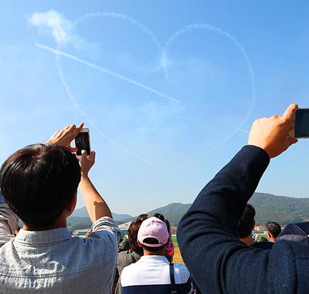 '사랑이 펼쳐진 푸른 하늘'