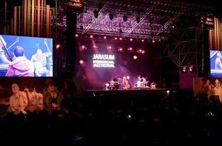 재즈 선율 울려 퍼진 가평 자라섬…10만명 찾아 축제 즐겨