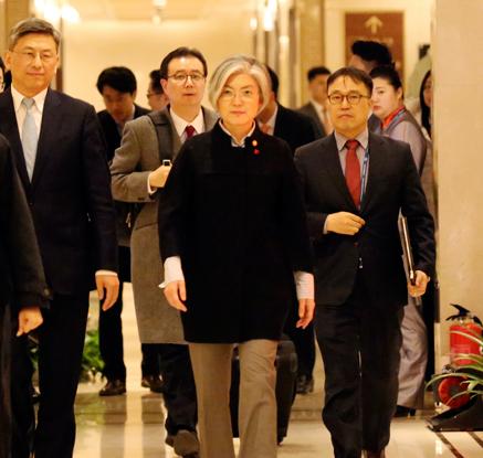강경화 장관 베이징 도착…왕이 中외교부장과 22일 회담