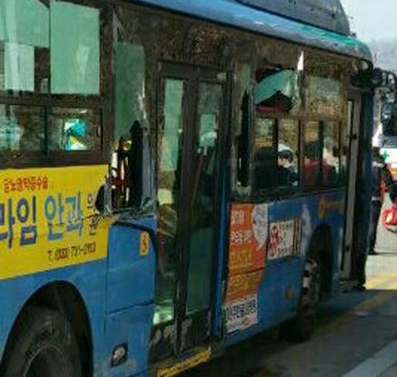 원주서 트럭-버스 추돌…7명 부상