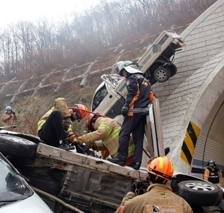 터널 경계면 위로 올라간 트럭