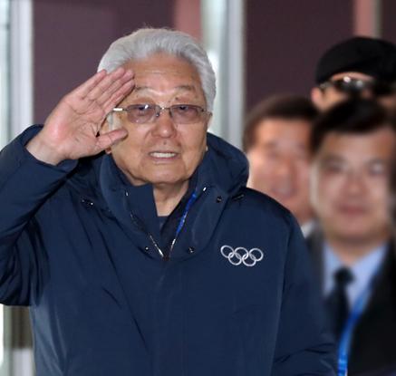 [올림픽]손들어 출국 인사하는 장웅 IOC위원