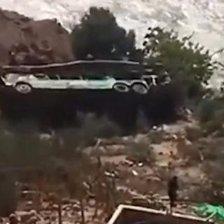 [현장영상] 페루 남부서 2층 버스 계곡으로 추락…44명 사망, 20명 부상