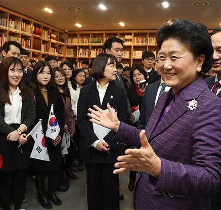 학생들과 이야기하는 유옌둥 중국 부총리
