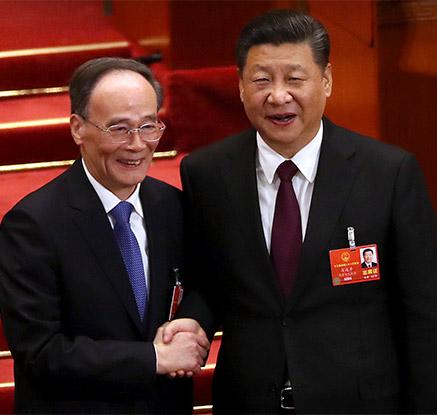 악수 나누는 시진핑과 왕치산