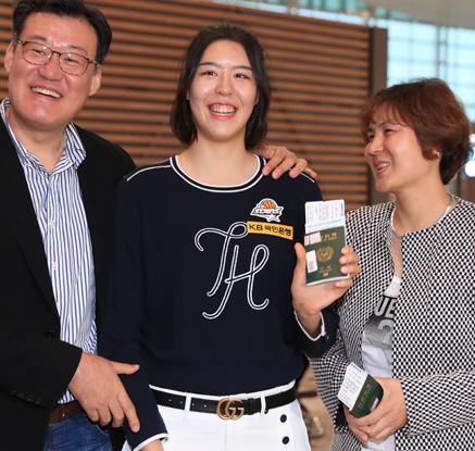 '우리 딸 파이팅'…미국여자프로농구 진출한 박지수 출국