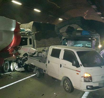 사고차량으로 뒤엉킨 터널 내부