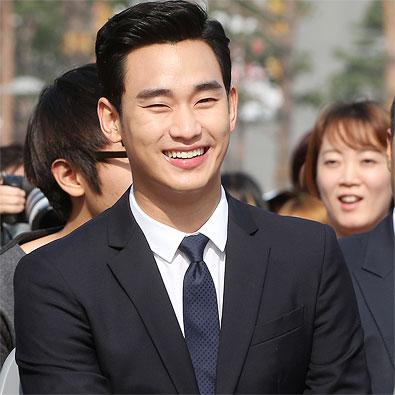 미소 짓는 김수현