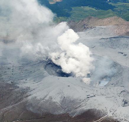日 '파국 화산' 아소산 분화, 2천m 상공까지 치솟은 연기
