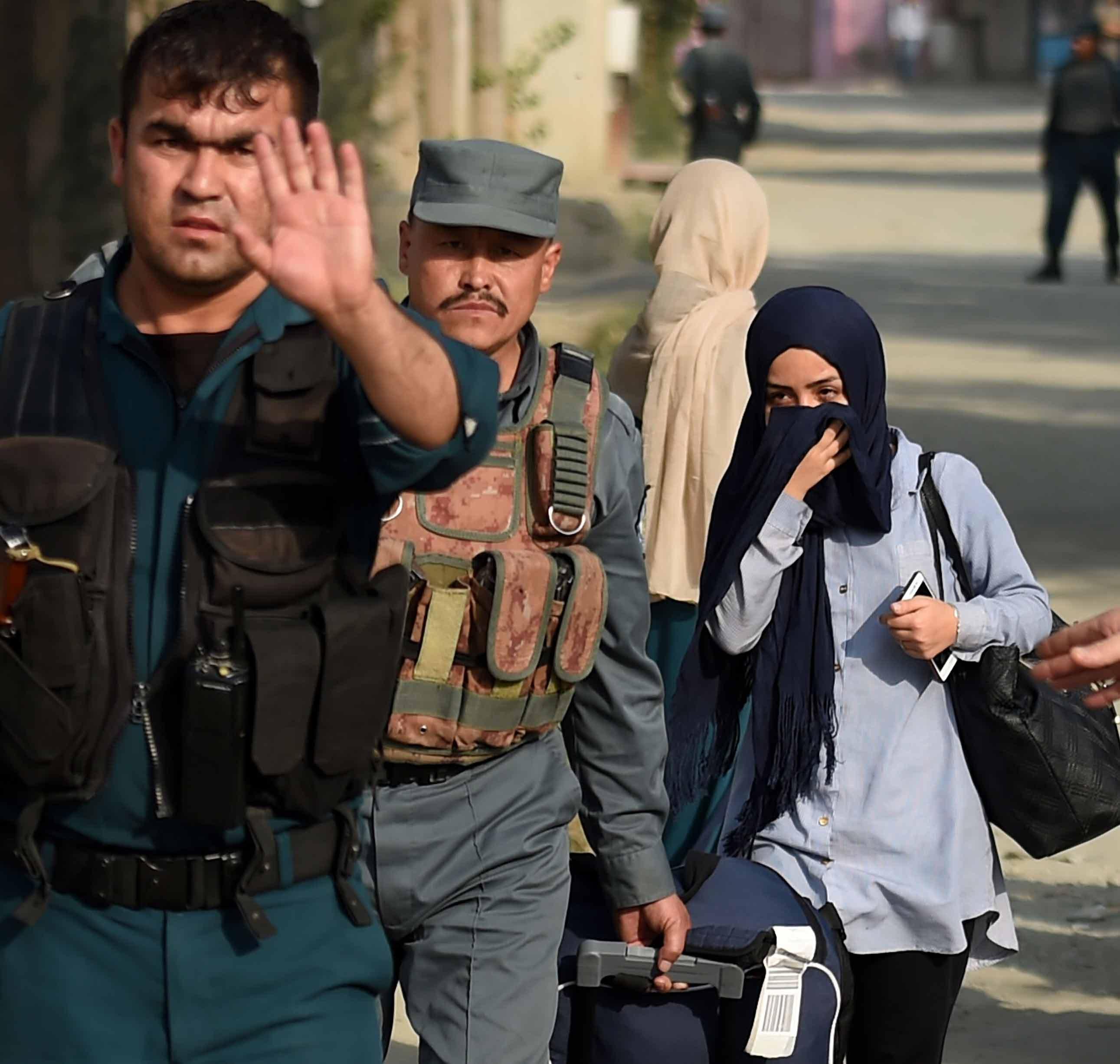 카불서 무장괴한 아메리칸大 테러…12명 사망·40여명 부상