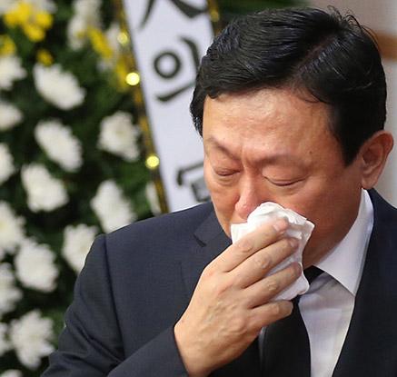 '애통의 눈물' 故 이인원 빈소 찾은 신동빈 회장