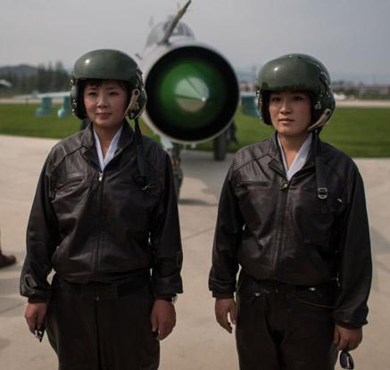 북한 사상 첫 에어쇼…미모의 여성 파일럿 '인기'