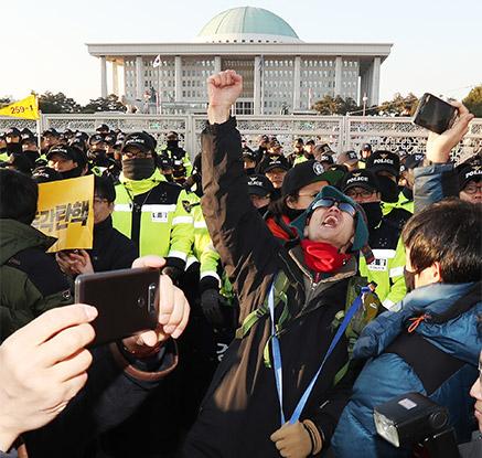 """""""국민이 승리"""" 탄핵 가결에 환호하는 시민들"""