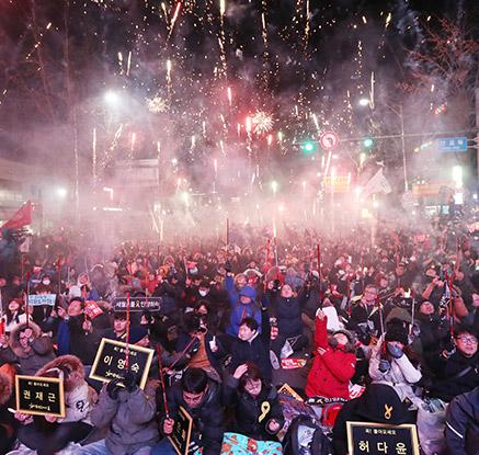 '축제의 촛불 밝혔다' 탄핵 이후 첫 주말 촛불집회
