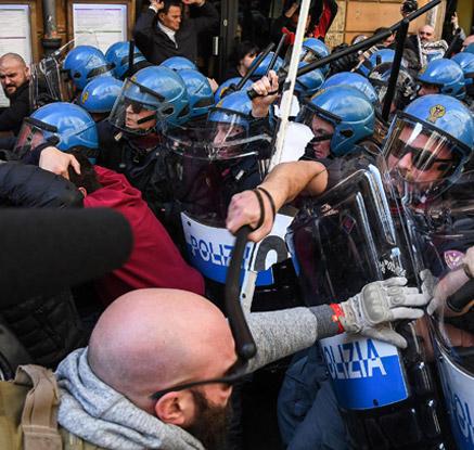이탈리아 우버 합법화 반대 택시파업 격화…경찰과 충돌