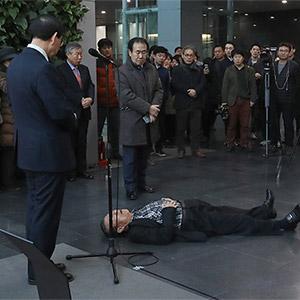 서울시청에 흉긴 든 남성 난입 자해…박원순 축사 중 제압