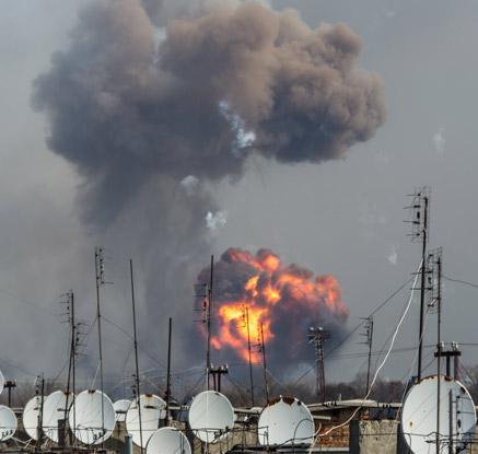 우크라이나 최대탄약고 폭발 화재…2만여명 긴급 대피
