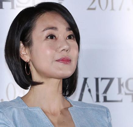 김윤진, '믿고 보는 배우' 이어갈까…'시간위의 집' 언론 시사회