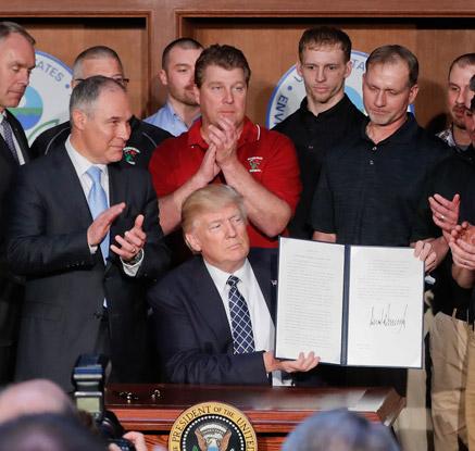 """트럼프 '오바마 친환경 규제' 철폐…""""석탄과의 전쟁 그만둘 것"""""""
