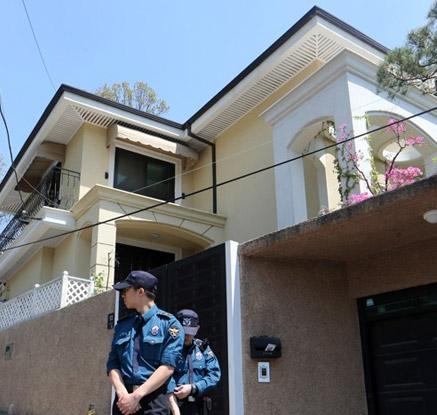 경찰 배치·불 켜진 등···박근혜 내곡동 자택 '이사 준비?'
