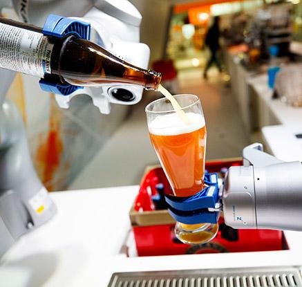 '맥주 따라주는 로봇 등장'…하노버 산업 박람회 개막