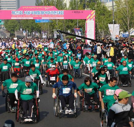 '힘차게 도전!'…서울 국제 휠체어 마라톤 대회
