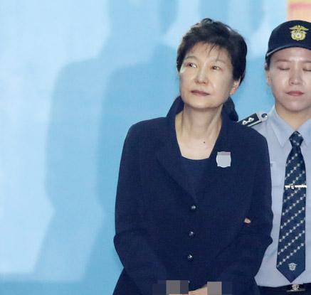 박근혜, 구속 53일 만의 첫 공판…사복에 셀프 올림머리 눈길