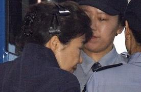 법정서도 '올림머리' 박근혜…머리핀 390원