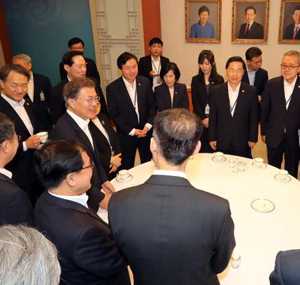 文대통령 주재 국무회의…참석자 전원 새 정부 인사