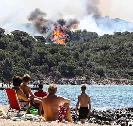 프랑스 지중해연안 휴양지로 산불 확산…강풍으로 진화작업 난항